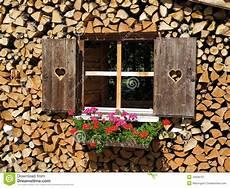 Holzstapel Am Haus - fenster errichtet im stapel holz stockbild bild 43948737