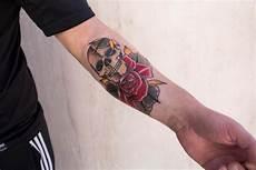 tatuaggi avambraccio fiori skull and by il forestiero