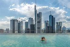 swimmingpool auf dem dach mit blick 252 ber die stadt zum
