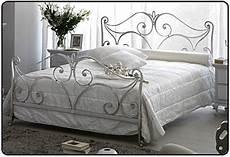 lit blanc fer forgé lit fer forg 233 blanc 2 personnes table de lit