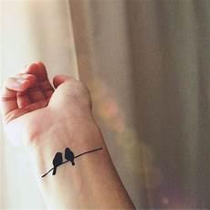 tatouage poignet oiseau tatouage oiseaux poignet 20 tatouages d oiseau qui vont