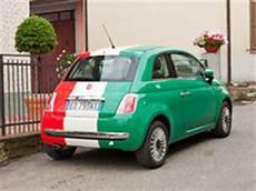 fiat 500 italie fiat 500 met italiaanse vlag redactionele stock foto