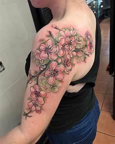 tatuaggi dei fiori tatuaggi fiori di ciliegio significato idee e foto