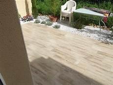 carrelage de terrasse imitation bois une terrasse balcon et des escaliers d pose de carrelage