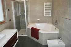bagno con doccia e vasca bagno con vasca angolare e doccia