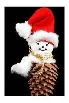 weihnachtsgeschenke basteln mit tannenzapfen und stroh