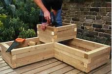 fabriquer une jardini 232 re en bois carr 233 potager sur 233 lev 233