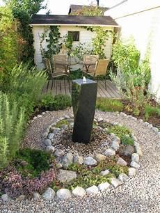 vorgarten steingarten anlegen steingarten anlegen spirale saulenbrunnen kies echeverien
