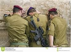 baugrunduntersuchung das eigenheim auf solider betende soldaten lizenzfreie stockfotos bild 2999838