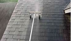 démousser une toiture d 233 moussage toiture exemples methodes prix et conseils