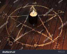 schwarze magie rituale black candle in pentagram on wooden planks magic ritual