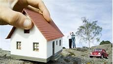 casa da comprare montaje de una mano agarrando una vivienda y consejos para