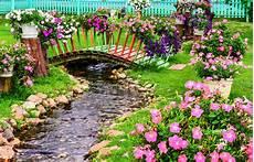 giardini in fiore foto fiori della primavera in giardino con uno stagno