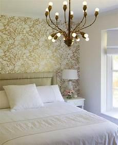 schlafzimmer tapete trends tapete schlafzimmer goldene farbspritzer kronleuchter
