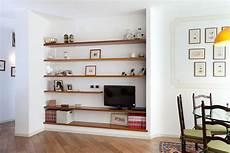 parete con mensole falegnameria ceriotti