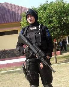 Foto Gambar Pasukan Anti Teror Berjilbab Brimob Polda
