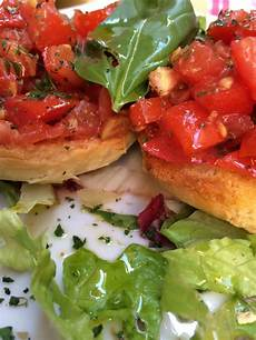 Gambar Makan Makanan Salad Laut Tengah Menghasilkan