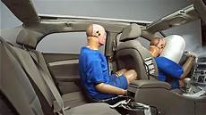 Kindersitz Auto Test - passengers less likely to buckle up in back seat risking