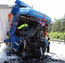 A9 Unfall Heute - unfall auf a9 mit drei lastwagen ein mensch stirbt welt