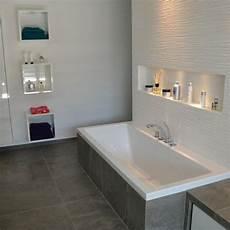 bad mit badewanne badewanne mit nische ablage spots abstellm 246 glichkeit