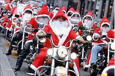 weihnachtsmann auf motorrad gif festive santa motorcycle ride bikers in the