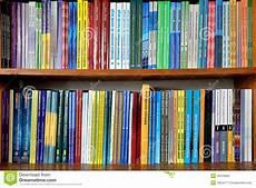 scaffali biblioteca libri sugli scaffali in biblioteca immagine editoriale