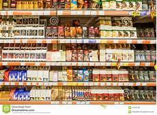 scaffali supermercato dolci cioccolato sullo scaffale supermercato