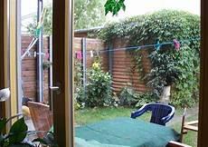 hoher sichtschutz zum nachbarn l 228 rmschutzwand reihenhausgarten einfache wirksame