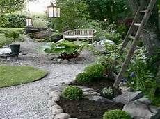amenagement de jardin avec des pierres pierres graviers et gazon pour faire l allee du jardin zen