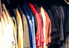 kleiderschrank nach farben sortieren der perfekte kleiderschrank h 228 ng es auf kleiderb 252 gel