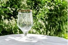 sta su bicchieri vetro acqua pulita con le bolle immagine stock immagine di