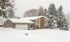 Malvorlage Haus Mit Schnee Haus Mit Kiefern Und Frischem Schnee Stockbild Bild