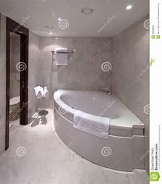 baignoire en coin avec salle de bains avec la baignoire faisante le coin photo