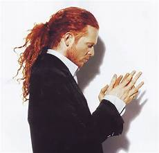 male singer with red hair at the 2015 grammys red headed english singer songwriter mick hucknall of british soul band simply red simplyred