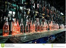 Le Aus Glasflaschen - flaschenfabrik reihe glasflaschen stockfoto bild
