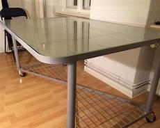 ikea tisch esstisch schreibtisch glastisch mit rollen in