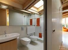 lade da bagno a soffitto una casa arredata con pezzi di design e finiture di