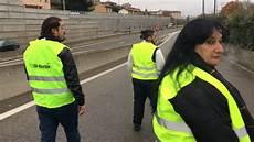 givors les gilets jaunes bloquent l autoroute lyon st