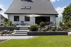 terrasse mit stufen renovierung eingang und terrasse rinn betonsteine und