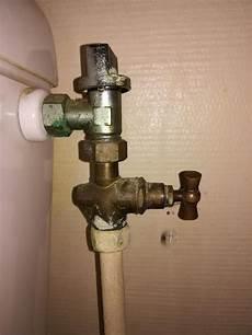 robinet de chasse d eau qui fuit