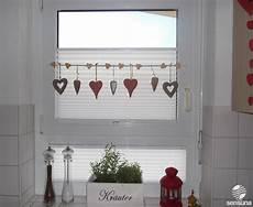 gardinen dekorieren ideen tolle fensterdeko am k 252 chenfenster und dazu passende plissees vom raumtextilienshop herz