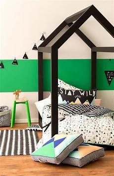 tete de lit garcon lit cabane dans une chambre d enfants picslovin
