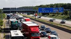 stau a5 frankfurt drei verletzte kilometerlange staus schwerer