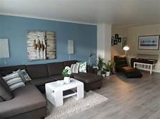 Grauer Boden Wohnzimmer - livingroom blue wall grey flooring livingroom ideas