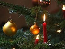 weihnachtsbaum deko im trend sind wald und mit karos