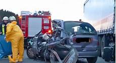 unfall a2 aktuell a2 schwerer unfall mit einem auto und drei lkw