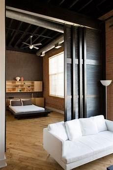 wohnzimmer schlafzimmer trennen schlafzimmer wohnzimmer abgrenzen faltt 252 ren fensterladen