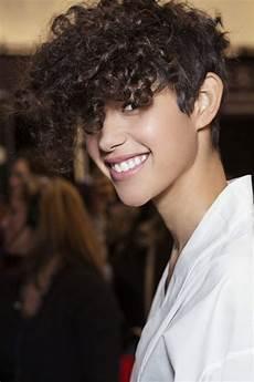 coupe cheveux courts bouclés cheveux tres court boucl 233