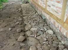 kieselsteine in beton verlegen terrassenbelag gartengestaltung pflaster steine