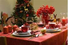 festlich gedeckter tisch weihnachten weihnachtliche deko und tischdeko essen und trinken